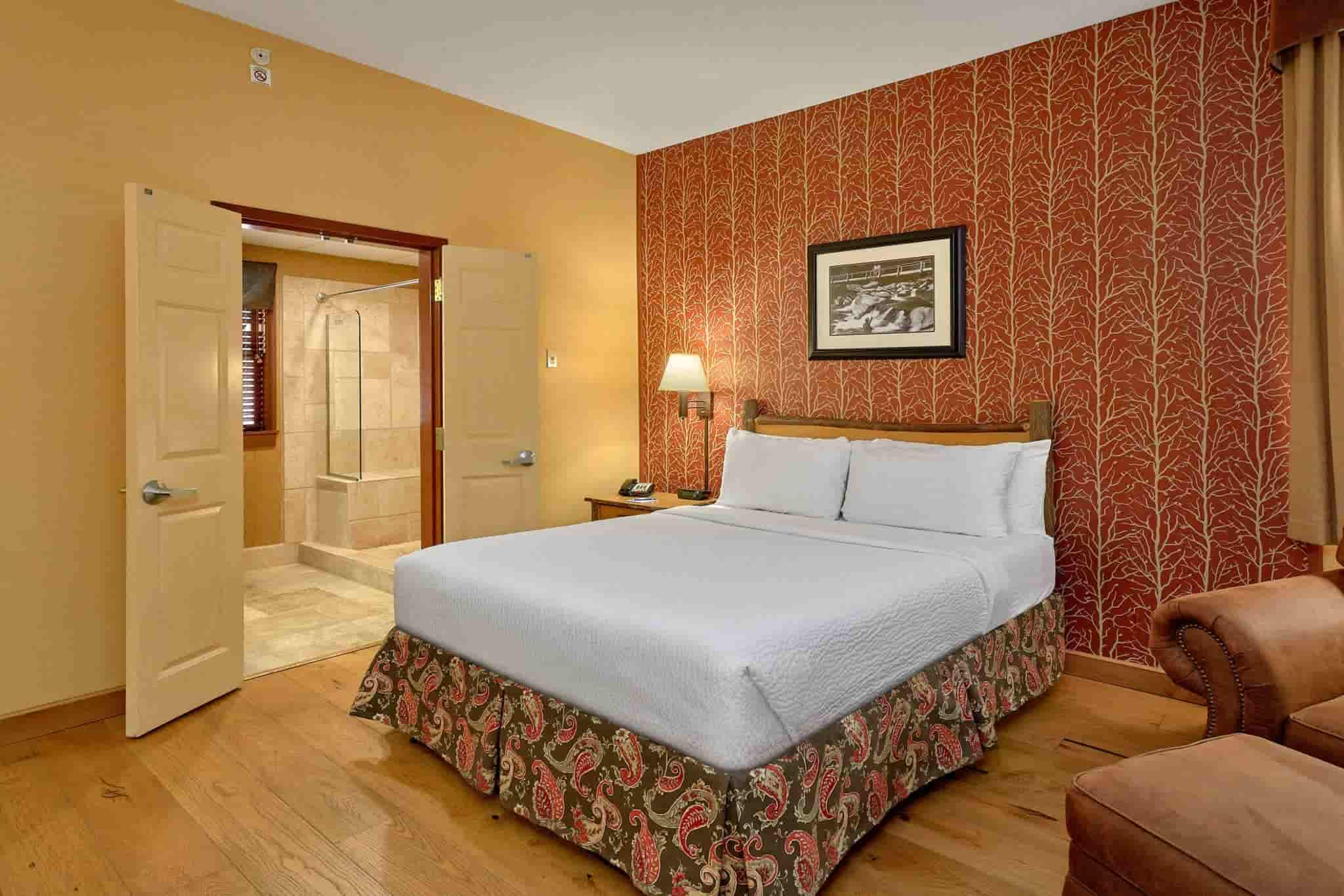 Queen Room in Bearskin Lodge hotel in Gatlinburg